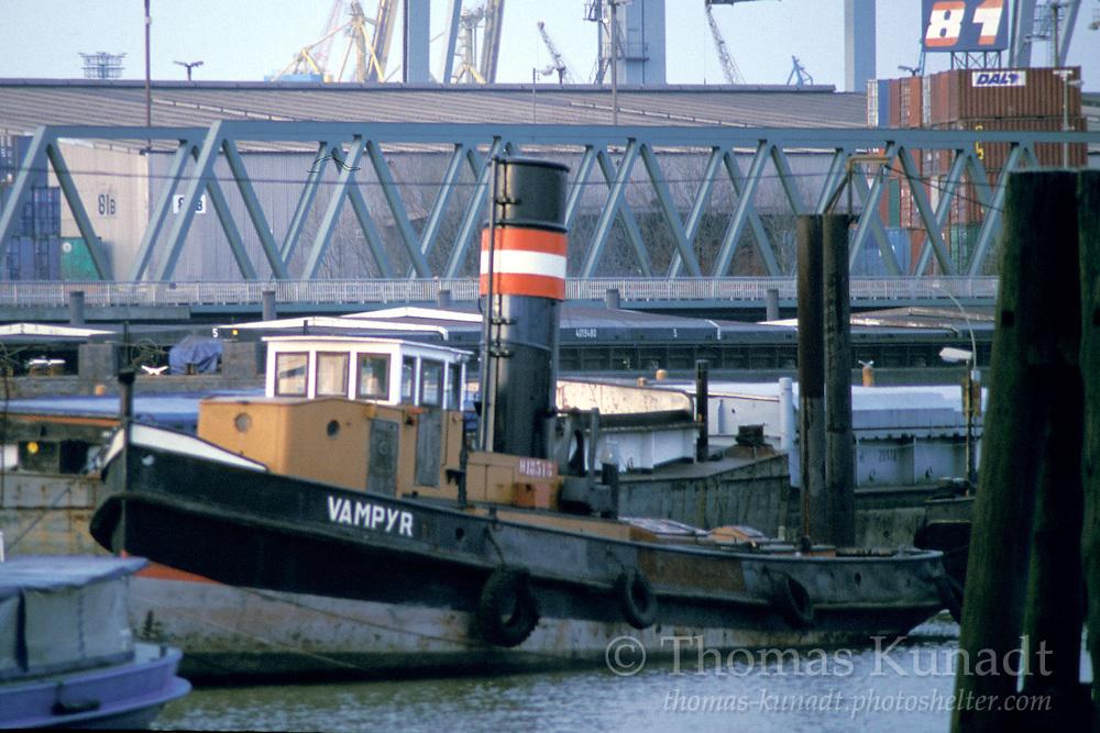 Dampfschlepper VAMPYR Baujahr 1911 an der Pontonanlage im Travehafen am 19.01.2003. Frühere Namen: VAMPYR II bis 1995, VAMPYR bis 1961, WALTERSHOF bis 1958, EXPERT bis 1949, HUGO STINNES V bis 1927,  COLLET bis1916.
