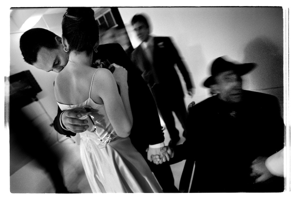 Festen fortsätter med vänner,  champagne och dans in på natten, men vännerna får hållas sig i bakgrunden. Tory och Joby är oskiljbara..Joby Harold and Tory Tunnell's wedding in New York City..Photographer: Chris Maluszynski /MOMENT