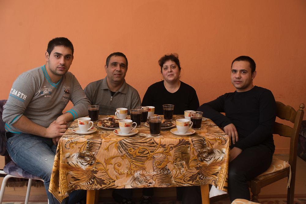 Erhan Dailov hofft immer noch darauf, dass er sein GELD bekommt.. Seit einem Jahr warten acht Bulgaren auf ihr Geld, haben sogar<br /> Titel vor Gericht erwirkt. Ihr Arbeitgeber hat inzwischen Insolvenz angemeldet.<br /> Trotzdem gibt es noch Hoffnung, dass sie ihr Geld bekommen.