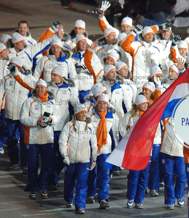 10-02-2006 ALGEMEEN: OLYMPISCHE SPELEN: TORINO<br /> Openingsceremonie OS 2006 - Jan Bos draagt voor Nederland de vlag<br /> &copy;2006-WWW.FOTOHOOGENDOORN.NL