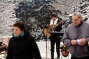 Een muzikant speelt op begraafplaats Daelwijck in Utrecht waar de eerste Troostdag plaatsvindt. Burgemeester Aleid Wolfsen van Utrecht laat een witte ballon op met daaraan een lint van 190 meter. Op het lint staan alle 1787 namen van Utrechters die het afgelopen jaar zijn overleden. Op de begraafplaats zijn ook diverse kramen waar nabestaanden troost kunnen zoeken of hun dierbaren kunnen herdenken.<br /> <br /> A guitarist is playing music at comfort day.  At cemetery Daelwijck in Utrecht for the first time a 'comfort day' is held to remember the deceasedes of last year.