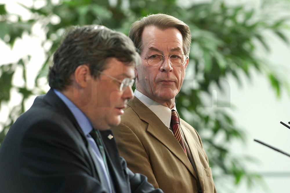 07 MAY 2004, BERLIN/GERMANY:<br /> Reinhard Buetikofer (L), B90/Gruene, Bundesvorsitzender, und Franz Muentefering (R), SPD Parteivorsitzender, waehrend einer Pressekonferenz, zu den Ergebnissen des vorangegangenen Koalitionsgespraechs, Bundeskanzleramt<br /> Reinhard Buetikofer (L), Leader of the Green Party, und Franz Muentefering (R), Leader of the Social Democratic Party, during a press conference<br /> IMAGE: 20040507-01-007<br /> KEYWORDS: Reinhard B&uuml;tikofer, Franz M&uuml;ntefering