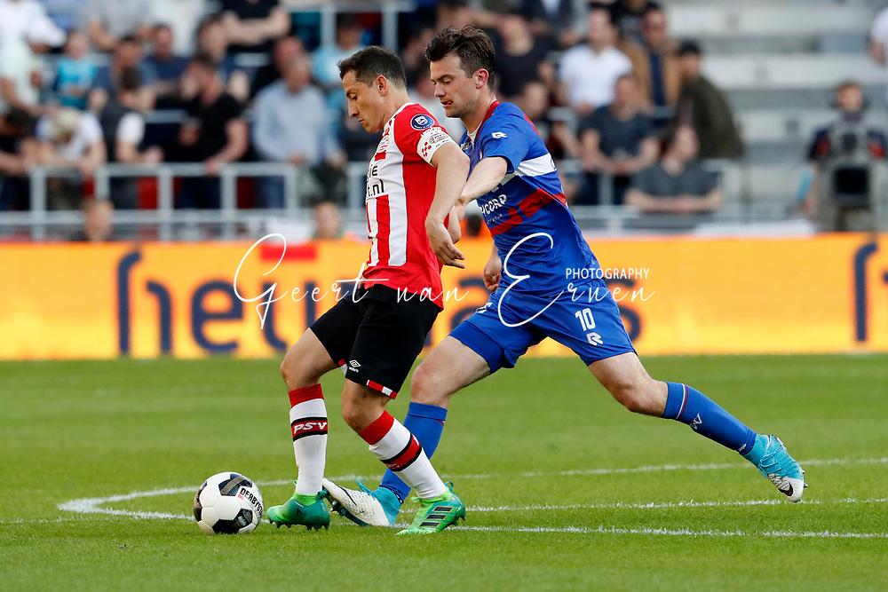 09-04-2017 VOETBAL:PSV-WILLEM II:EINDHOVEN<br /> Erik Falkenburg van Willem II in duel met Andres Guardado van PSV <br /> <br /> Foto: Geert van Erven