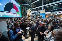 22 SEP 2013, BERLIN/GERMANY:<br /> Gaeste, Journalisten und Partei-Anhaenger beobachten das Diagramm zur Sitzverteilung der ersten Prognose auf einem Bildschirm, Wahlabend der SPD, Bundestagswahl 2013, Willy-Brandt-Haus<br /> IMAGE: 20130922-01-010<br /> KEYWORDS: Wahlparty, election party, Monitor, Screen, Hochrechnung, Parteimitglieder