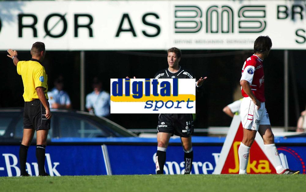 Fotball. 18. august 20002. Tippeligaen, Bryne - Sogndal 3-0.  Dommer Stig Rune  Krokdal har dømt straffe mens Marco Reda, Sogndal fortviler.