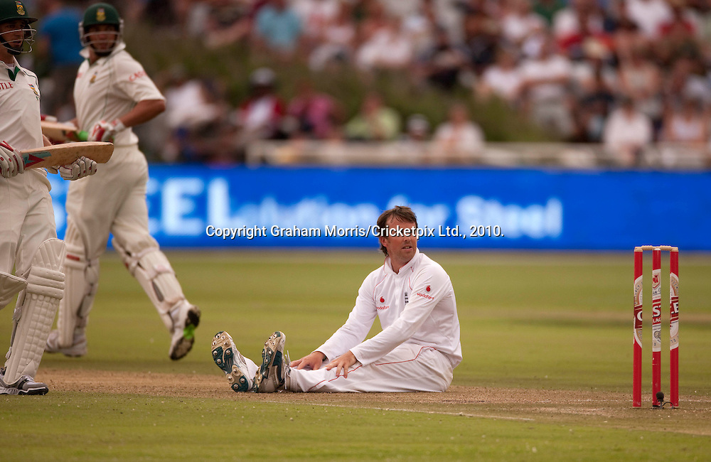 Bowler Graeme Swann down as Jacques Kallis and Dale Steyn run during the third Test Match between South Africa and England at Newlands, Cape Town. Photograph © Graham Morris/cricketpix.com (Tel: +44 (0)20 8969 4192; Email: sales@cricketpix.com)