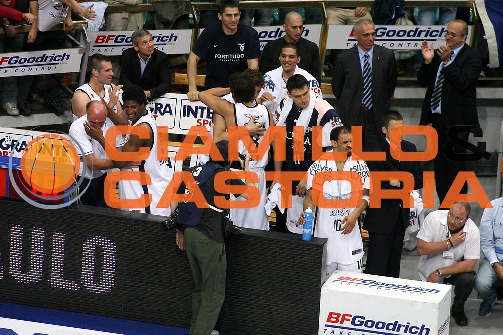 DESCRIZIONE : Bologna Lega A1 2005-06 Play Off Semifinale Gara 5 Climamio Fortitudo Bologna Carpisa Napoli <br /> GIOCATORE : Team Fortitudo Bologna <br /> SQUADRA : Climamio Fortitudo Bologna <br /> EVENTO : Campionato Lega A1 2005-2006 Play Off Semifinale Gara 5 <br /> GARA : Climamio Fortitudo Bologna Carpisa Napoli <br /> DATA : 11/06/2006 <br /> CATEGORIA : Esultanza <br /> SPORT : Pallacanestro <br /> AUTORE : Agenzia Ciamillo-Castoria/G.Ciamillo