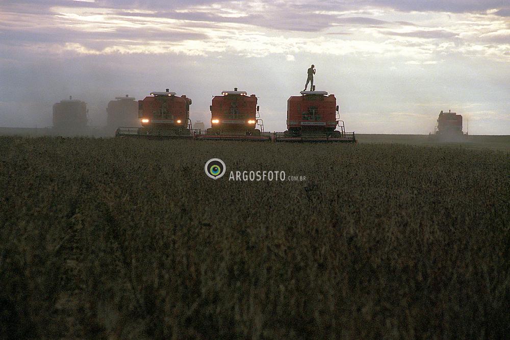 Balsas, MA, Brasil     1997.Colheita mecanizada de soja./ Mechanical harvest of soya..Foto Claudio Rossi/Argosfoto.