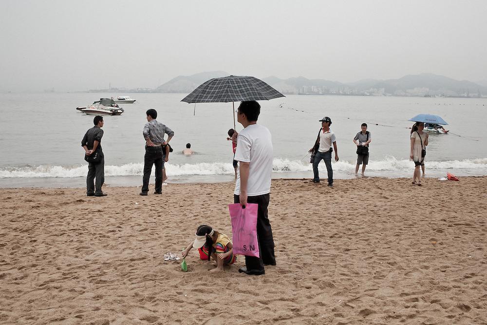 Après-midi chaud et pluvieux sur les rives de l'ile