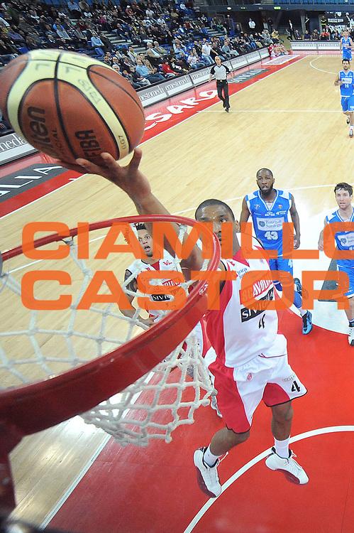DESCRIZIONE : Pesaro Lega A 2011-12 Scavolini Siviglia Pesaro Banco Di Sardegna Sassari<br /> GIOCATORE : James White<br /> CATEGORIA : special tiro<br /> SQUADRA : Scavolini Siviglia Pesaro<br /> EVENTO : Campionato Lega A 2011-2012<br /> GARA : Scavolini Siviglia Pesaro Banco Di Sardegna Sassari<br /> DATA : 22/04/2012<br /> SPORT : Pallacanestro<br /> AUTORE : Agenzia Ciamillo-Castoria/C.De Massis<br /> Galleria : Lega Basket A 2011-2012<br /> Fotonotizia : Pesaro Lega A 2011-12 Scavolini Siviglia Pesaro Banco Di Sardegna Sassari<br /> Predefinita :