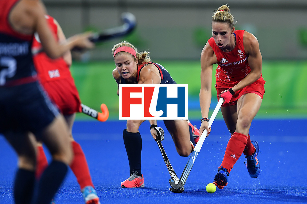 USA's Kathleen Sharkey (C) and Britain's Susannah Townsend vie during the women's field hockey Britain vs the USA match of the Rio 2016 Olympics Games at the Olympic Hockey Centre in Rio de Janeiro on August, 13 2016. / AFP / MANAN VATSYAYANA        (Photo credit should read MANAN VATSYAYANA/AFP/Getty Images)