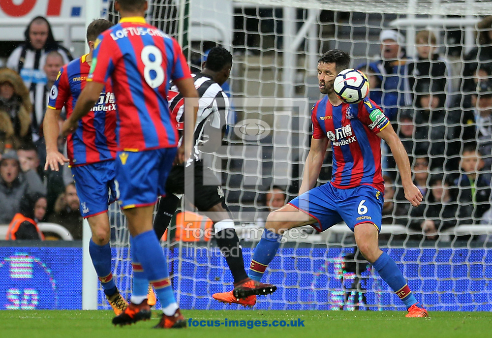 Scott Dann (r) of Crystal Palace gets hit in the face during the Premier League match at St. James's Park, Newcastle<br /> Picture by Simon Moore/Focus Images Ltd 07807 671782<br /> 21/10/2017