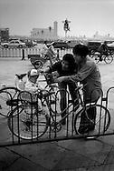 ET EKSEMPEL PAA EETBARNSPOLITIKKEN I KINA. EN FAMILIE PAA UDFLUGT MED DERES ENE GULDKLUMP.