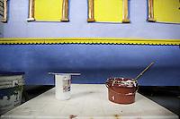 Barattoli di vernice utilizzata per dipingere i carri allegorici.<br /> Il carnevale di Gallipoli &egrave; tra i pi&ugrave; noti della Puglia. La sua tradizione &egrave; antichissima ed &egrave; documentata, oltre che in atti e documenti settecenteschi, anche da radici folcloristiche che affondano le origini in epoca medioevale, tramandate fino ad oggi dallo spirito popolare. La prima edizione (per come la conosciamo) risale al 1941; nel 2014 sar&agrave; l&rsquo;edizione numero 73.<br /> La manifestazione carnascialesca &egrave; organizzata dall&rsquo; Associazione Fabbrica del Carnevale, nata nel febbraio 2013 con la finalit&agrave; di&nbsp;organizzare, promuovere e riportare in auge il Carnevale della Citt&agrave;&nbsp;di Gallipoli. L&rsquo;Associazione raccoglie al suo interno i maestri cartapestai Gallipolini e tanti giovani artisti, che vogliono valorizzare il Carnevale della citt&agrave; bella. Presidente dell&rsquo;Associazione &egrave; Stefano Coppola.<br /> La manifestazione ha inizio il 17 gennaio, giorno di sant'Antonio Abate (te lu focu = del fuoco), con la Grande Festa del Fuoco, quando si accende con la tradizionale focara, un grande fal&ograve; di rami d'ulivo. L'ultima domenica di carnevale e il marted&igrave; grasso lungo corso Roma, nel centro cittadino, si svolge la sfilata dei carri allegorici in cartapesta e dei gruppi mascherati corso Roma davanti a migliaia di spettatori provenienti da tutta la provincia di Lecce e da citt&agrave; pugliesi. Il tema dell&rsquo;edizione di quest&rsquo;anno &egrave; un omaggio a Walter Elias Disney.<br /> <br /> Cans of paint used to paint the floats.<br /> The Carnival of Gallipoli is among the best known of Puglia. Its tradition is very old and is documented , as well as records and documents in the eighteenth century , as well as folkloric roots that sink their roots in medieval times , handed down today by the popular spirit . The first edition dates back to 1941 and in 2014 will be the edition number 73 .<br