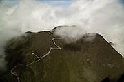 El volcán Barú es la elevación más alta de Panamá y es el volcán más alto del sur de América Central, con una altura de 3.475 msnm. Lo comparten tres distritos: Boquerón, Boquete y Bugaba.<br /> <br /> Según estudios científicos su última erupción tuvo lugar aproximadamente entre hace 400 y 550 años. Se estima que su altura era mayor, con la cima cubierta de nieves perpetuas. La erupción más reciente fue lateral, abriéndose un cráter en la parte suroeste-oeste, derritiéndose la nieve en la cima y teniendo lugar el colapso de la misma, provocando una gran avalancha de fango y lava.<br /> <br /> Tiene una vista del océano Pacífico desde la cima, también es posible ver la Punta Burica.<br /> Es un volcán potencialmente activo, localizado al sur de la división continental, en las estribaciones de la cordillera de Talamanca, al oeste de la provincia de Chiriquí y está rodeado por un área fértil de tierras altas y ayudadas por los ríos Chiriquí Viejo, Piedra, Macho Monte y Caldera. Las comunidades de Volcán y Cerro Punta se encuentra en el lado oeste, Boquete al lado este y Potrerillos al sur gozan de la misma.<br /> <br /> ©Alejandro Balaguer/Fundación Albatros Media.