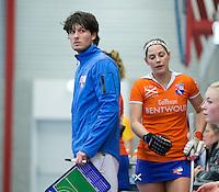 HEEMSKERK- Zaalhockey - Bloemendaal-Pinoke . Coach Ralph Steegma met Eline Florie (r) .   Copyright Koen Suyk