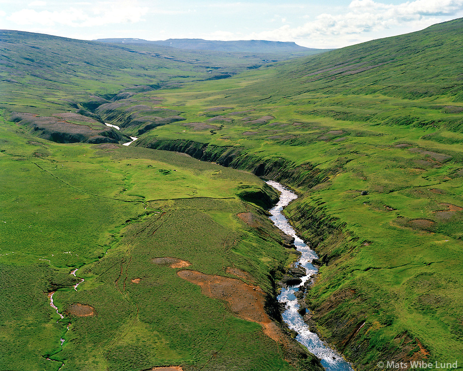 Sunnudalsá séð til suðvesturs: Borgir vinstra meginn og Hringur og Hraunfell hægra megin. Vopnafjarðarhreppur / Sunndalsa river viewing southwest. The former farmsites Borgir on the left side and Hringur and Hraunfell on the right side.Vopnafjardarhreppur.