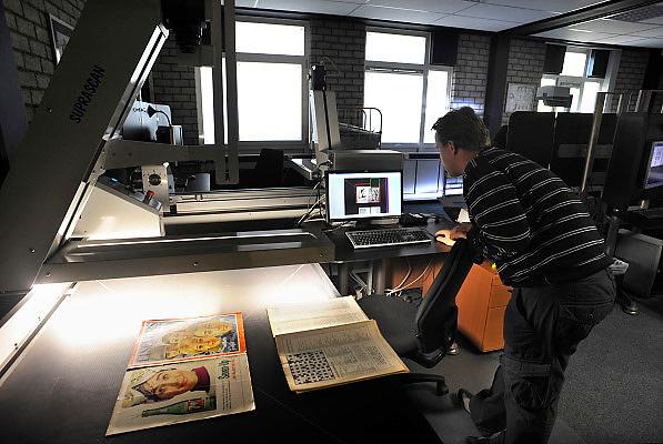 Nederland, Roermond, 18-10-2010Digitalisering van alle Elsevier jaargangen bij X-cago, een bedrijf dat zich toelegt op digitaal vastleggen, ontsluiten en restaureren van papieren archieven..Foto: Flip Franssen/Hollandse Hoogte