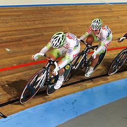 NK Baan puntenkoer de Kelly Markus en Amy Pieters proberen weg te komen