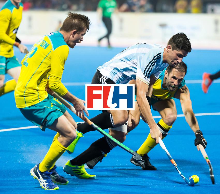 BHUBANESWAR - Ignacio Ortiz (Arg)  tussen Mark Knowles (Aus) en Jake Whetton (Aus) Hockey World League finals , Final Australia-Argentina (2-1) . Australia wint de finale. COPYRIGHT KOEN SUYK