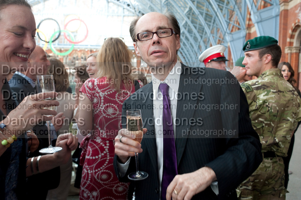 JEFFERY DEAVER, Launch of Carte Blanche by Jeffery Deaver. New James Bond novel . Champagne Bar, Upper Concourse<br /> St. Pancras International,  London. 25 May 2011. <br /> <br />  , -DO NOT ARCHIVE-&copy; Copyright Photograph by Dafydd Jones. 248 Clapham Rd. London SW9 0PZ. Tel 0207 820 0771. www.dafjones.com.