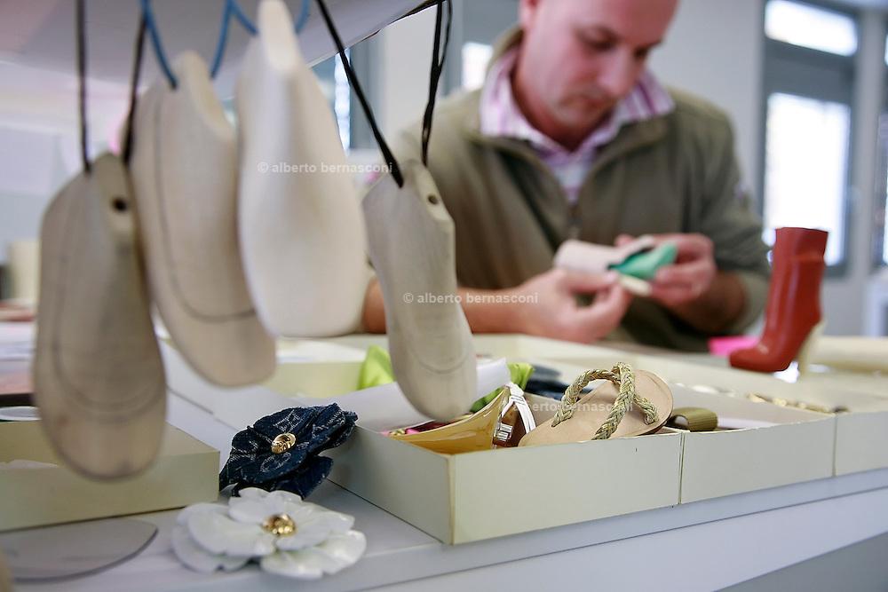Fiesso, Padova: fabbrica scarpe Louis Vuitton. progettazione di scarpe per bambole. Italy, Padoa, louis vuitton shoe factory.