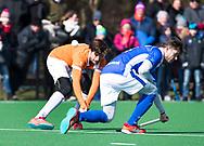 BLOEMENDAAL - hoofdklasse competitie heren.  Bloemendaal-Kampong (1-1) . Florian Fuchs (Bldaal) met Robbert Kemperman (Kampong).  COPYRIGHT KOEN SUYK