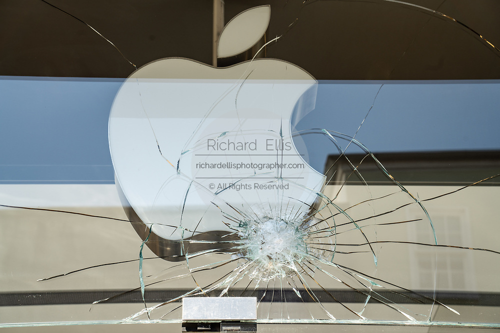 Charleston, United States. 31 May, 2020. The shattered glass store front of the Apple Store on the King Street shopping district after a protest over the death of George Floyd, turned violent and destructive May 31, 2020 in Charleston, South Carolina. Floyd was choked to death by police in Minneapolis resulting in protests sweeping across the nation.  Credit: Richard Ellis/Alamy Live News