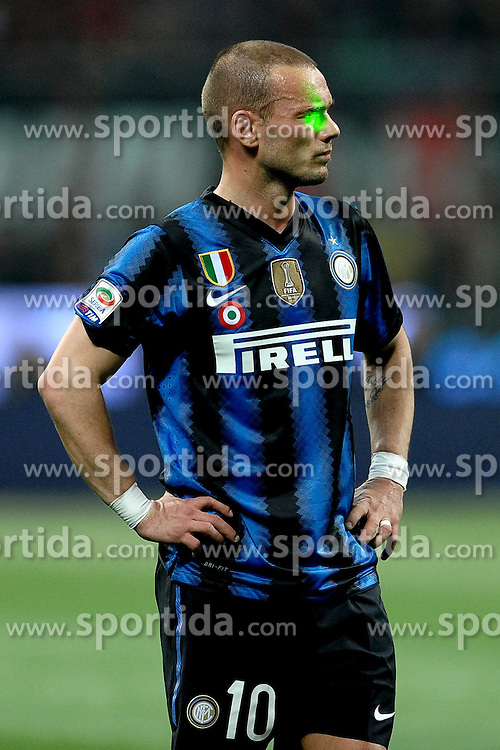 02.04.2011, Giuseppe-Meazza-Stadion, Mailand, ITA, Serie A, AC Milan vs Inter Mailand, im Bild Wesley SNEIJDER mit einem Laserpointer im Gesicht, EXPA Pictures © 2011, PhotoCredit: EXPA/ InsideFoto/ Andrea Staccioli         +++++ ATTENTION - FOR AUSTRIA/AUT, SLOVENIA/SLO, SERBIA/SRB an CROATIA/CRO CLIENT ONLY +++++