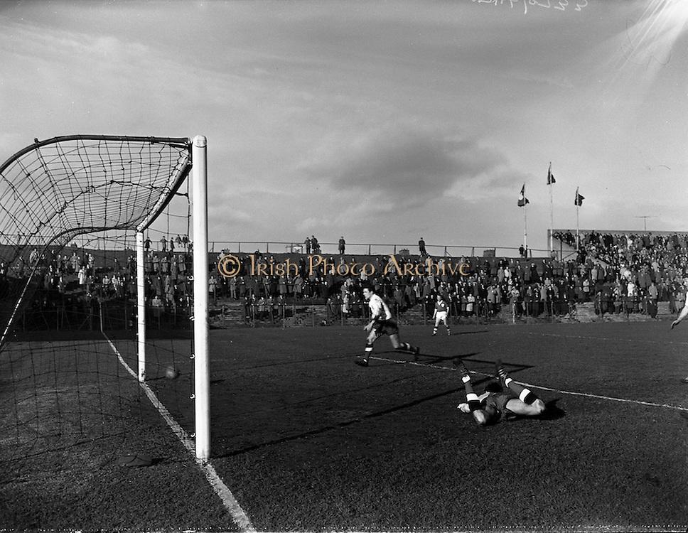 25/02/1961<br /> 02/25/1961<br /> 25 February 1961<br /> Soccer, Amateur International: Ireland v England at Dalymount Park, Dublin.