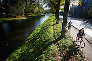 In Utrecht rijden fietsers langs de Catherijnesingel op een mooie herfstdag.<br /> <br /> On a nice day in the autumn, cyclists are riding in Utrecht.