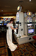 US-LAS VEGAS: A bride trying out her luck at the Luxor Casino.PHOTO GERRIT DE HEUS