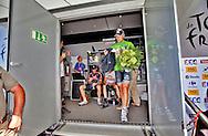 MONTARGIS 20100807. VG fikk ekslusiv tilgang bak podiet og fulgte Thor Hushovd fra mållinja og gjennom grønn-trøyesermonien. Her Hushovd mens han forlater bakdøren etter å ha mottatt den grønne trøya på podiet..Foto: Daniel Sannum Lauten/VG