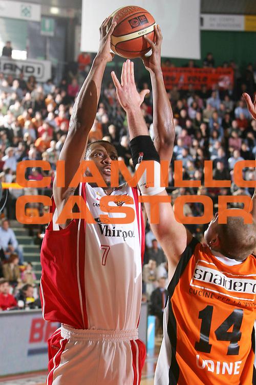 DESCRIZIONE : Udine Lega A1 2005-06 Snaidero Udine Whirlpool Varese <br /> GIOCATORE : Howell <br /> SQUADRA : Whirlpool Varese <br /> EVENTO : Campionato Lega A1 2005-2006 <br /> GARA : Snaidero Udine Whirlpool Varese <br /> DATA : 01/04/2006 <br /> CATEGORIA : Tiro <br /> SPORT : Pallacanestro <br /> AUTORE : Agenzia Ciamillo-Castoria/S.Silvestri <br /> Galleria : Lega Basket A1 2005-2006 <br /> Fotonotizia : Udine Campionato Italiano Lega A1 2005-2006 Snaidero Udine Whirlpool Varese <br /> Predefinita :