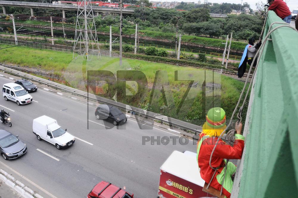 SAO CAETANO DO SUL, SP, 20 DE MARCO 2013 - PROTESTO PONTE - Batman e o Palhaco Patata se pendura na Ponte Joao Dias sobre a Marginal Pinheiros para protestar os salarios de professores e   . (FOTO: ADRIANO LIMA / BRAZIL PHOTO PRESS).