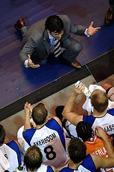 06-09-2006 BASKETBAL: NEDERLAND - SLOWAKIJE: GRONINGEN<br /> De basketballers hebben ook de tweede wedstrijd in de kwalificatiereeks voor het Europees kampioenschap in winst omgezet. In Groningen werd een overwinning geboekt op Slowakije: 71-63 / Time out coach Marco van den Berg - basket item<br /> ©2006-WWW.FOTOHOOGENDOORN.NL
