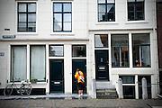 Postbesteller van TNT Post aan het werk in de Lange Nieuwstraat in Utrecht