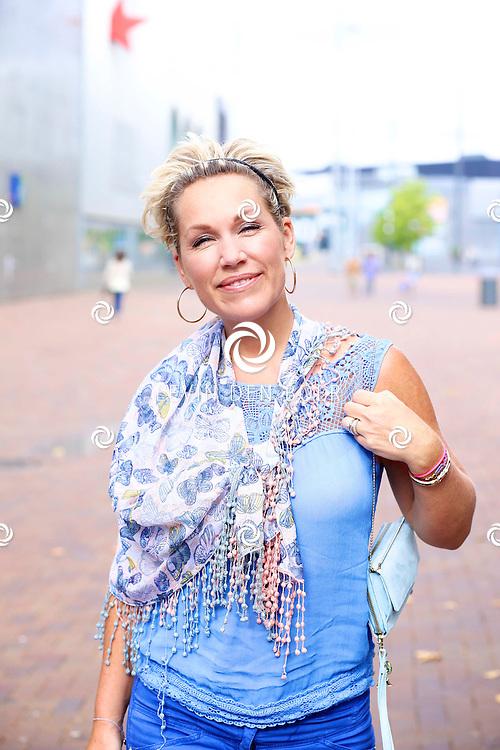 AMSTERDAM - Bij Pathe ArenA is de filmpremiere De Smurfen II. Ook is er een heel smurfendorp gebouwd voor de kleintjes om lekker te kunnen spelen, kleuren, schminken, ijsjes te eten en nog veel meer. Met op de foto  Tanja Luske-Jess. FOTO LEVIN DEN BOER - PERSFOTO.NU