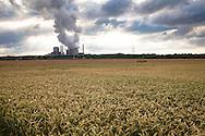 Europa, Deutschland, Nordrhein-Westfalen, das Braunkohlekraftwerk Weisweiler in Eschweiler-Weisweiler, Getreidefeld.<br /> <br /> Europe, Germany, North Rhine-Westphalia, the lignite-fired power plant Weisweiler in Eschweiler-Weisweiler, grainfield.