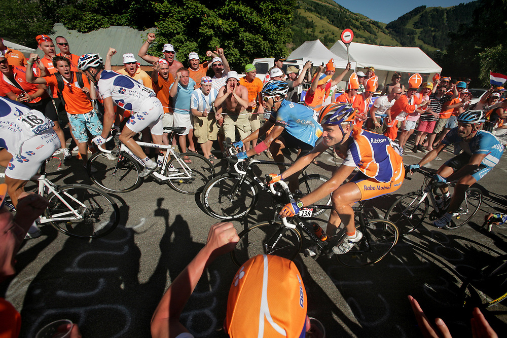 Dutch cyclist Joost Posthuma (Rabobank) enjoying the encouragement of the crowds in the Dutch corner during the ascent of Alpe d'Huez // Joost Posthuma rijdt met een lach op zijn gezicht door de Nederlandse bocht (bocht 7) in de beklimming naar l'Alpe d'Huez.