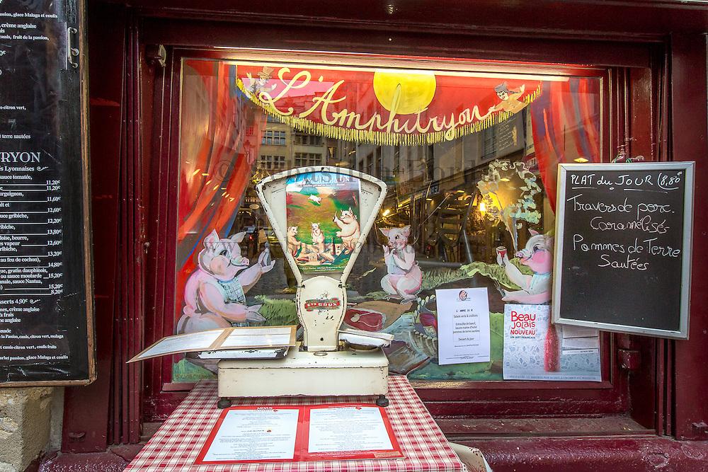 Devanture d'un bouchon Lyonnais, restaurant typique du quartier du vieux  Lyon  // Bouchon Lyonnais restaurant, typical from old town Lyon area
