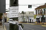 Spanje, Sanlucar, 7-5-2010Iemand biedt zich aan om geld bij hem te lenen, zonder dat de bank of overheid dat zal weten. In Spanje gaat het slecht met de economie en het financiele systeem. 20% werkeloosheid en spaarbanken die in de problemen zijn gekomen. Men wil niet met Griekenland vergeleken worden, maar de tekenen voorspellen niet veel goeds.Posters which call for a demonstration against unemployment and the policies of the government. In Spain the economy and financial system is in bad shape. 20% Unemployment and savings banks that have come into trouble. They do not want to be compared with Greece, but the signs do not predict much good.Foto: Flip Franssen/Hollandse Hoogte