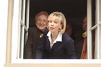 19 SEP 2002, TALLE/GERMANY:<br /> Erika Vosseler (L), Mutter des Bundeskanzlers, und Doris Schroeder-Koepf, Kanzlergattin, an einem fenster des Lokals Taller Krug waehrend einem Besuch des Bundeskanzlers in seinem Heimatort begruesst<br /> IMAGE: 20020919-01-029<br /> KEYWORDS: Doris Schröder-Köpf, mother, Ehefrau