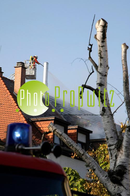 Mannheim.  Feudenheim. Schenkendorfstrafle. Dachstuhlbrand eines Wohnhauses. Vermutlich nach Dacharbeiten entsteht ein Schwelbrand. Die Feuerwehr ist im Einsatz.<br /> <br /> Bild: Markus Proflwitz / masterpress /   *** Local Caption *** masterpress Mannheim - Pressefotoagentur<br /> Markus Proflwitz<br /> Hauptstrafle 131<br /> 68259 MANNHEIM<br /> +49 621 33 93 93 60<br /> info@masterpress.org<br /> Dresdner Bank<br /> BLZ 67080050 / KTO 0650687000<br /> DE221362249