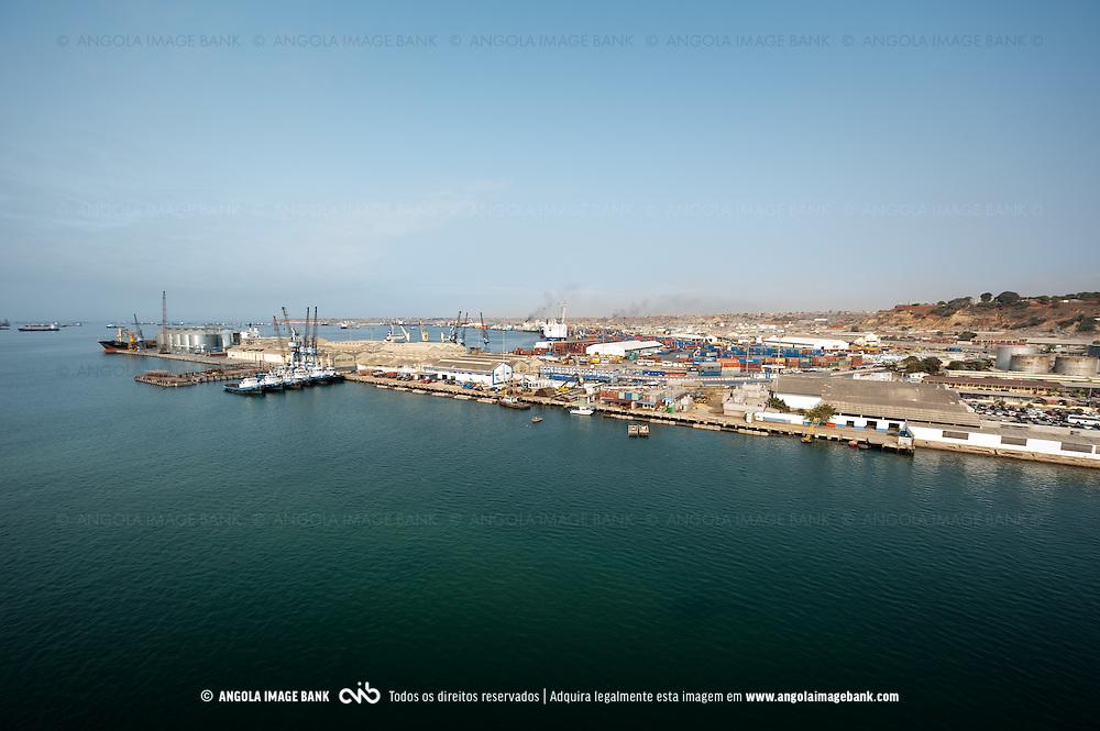 Vista aérea da cidade Luanda, capital de Angola. O Porto de Luanda e a baía