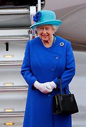 23.06.2015, Flughafen Tegel, Berlin, GER, Queen Elisabeth II. in Deutschland, Ankunft am militärischen Teil des Flughafens, im Bild Queen Elisabeth II, Königin des Vereinigten Königreichs Großbritannien und Nordirland // Queen Elizabeth II and her husband Prince Philip on their arrival at the military part of the airport Tegel during their visit to Germany. Berlin, Germany on 2015/06/23. EXPA Pictures © 2015, PhotoCredit: EXPA/ SM<br /> <br /> *****ATTENTION - OUT of GER*****