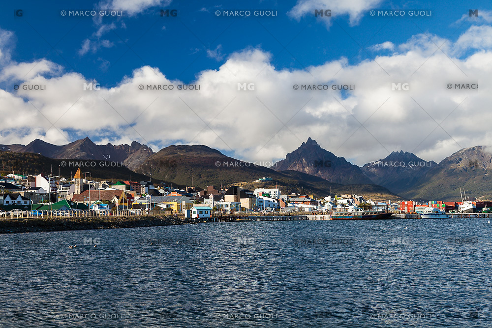 CIUDAD Y BAHIA DE USHUAIA, MONTE OLIVA AL FONDO, PROVINCIA DE TIERRA DEL FUEGO,  PATAGONIA, ARGENTINA (PHOTO BY © MARCO GUOLI - ALL RIGHTS RESERVED. CONTACT THE AUTHOR FOR ANY KIND OF IMAGE REPRODUCTION)