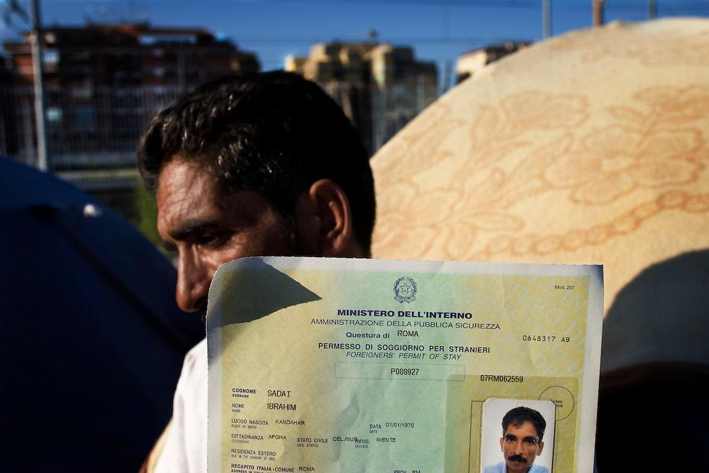 Un Rifugiato Afgano mostra il suo permesso di soggiorno<br /> <br /> An Afghan Refugee shows his residence permit