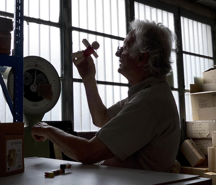 Vittorio Lonzi creatore di giocattoli di legno, Vittorio Lonzi maker of wooden toys