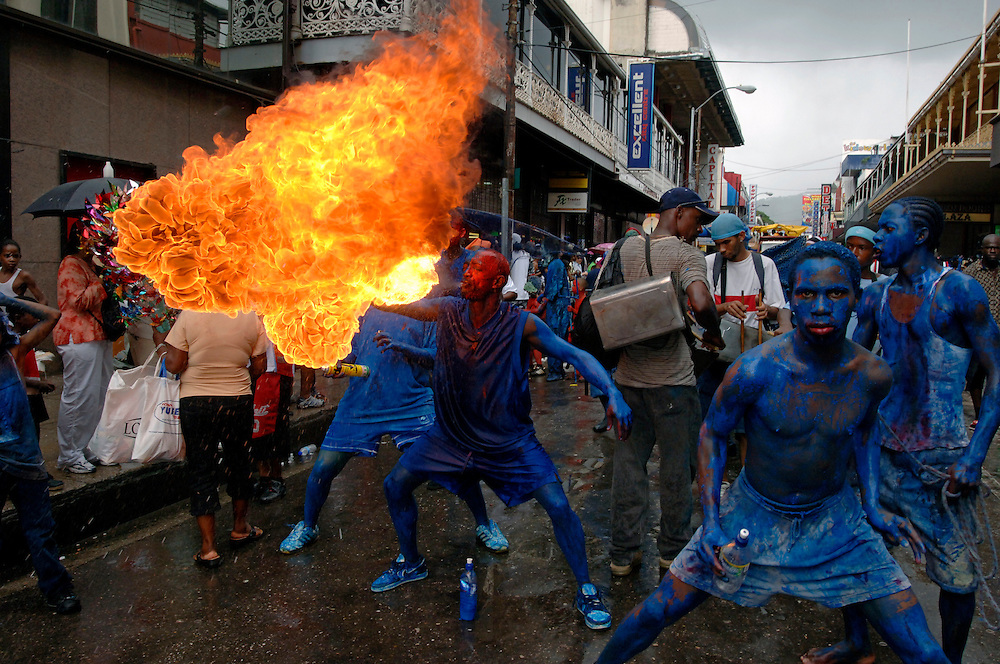 Karibik Trinidad Tobago Port of Spain Blue Devils im Carnival Feuerspucken Flamme Kerosin Karneval Einheimischer Kostuem Kostuemierung auf Stelzen laufen Suedamerika Karneval in Trinidad Carnival traditionell Tradition Einheimische QF English Moko Jumbies 2007 Caribbean West Indies Trinidad fire blowing fire eating South America carnival in Trinidad Geography / Travel Südamerika Karibik Trinidad Tobago